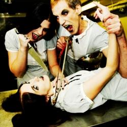 Bandfoto, jene ligger på slakterbenk