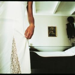Jente foran sen, religiøst bilde i bakgrunnen