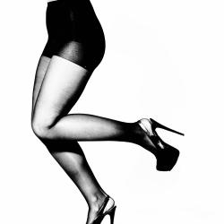 Ben som løper i svart strømpebukse og høye hæler