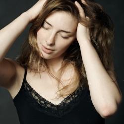 Modell med hendene i håret, i bevegelse