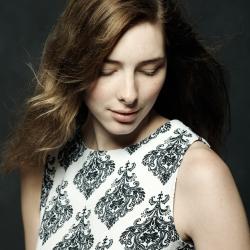 Modell i kjole, håret flyr