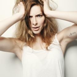 Modell med hendene i håret, grublende