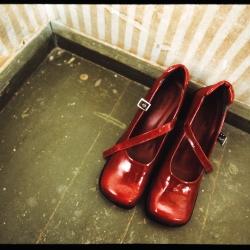 Røde sko på grønt gulv