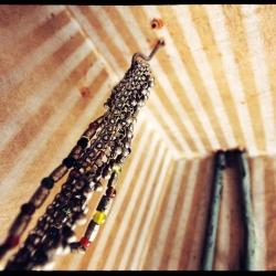 Smykker jenger ned fra taket