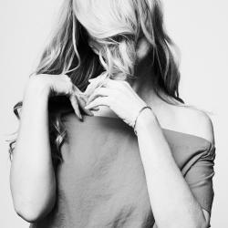 Kvinne med håret hengende foran ansiktet